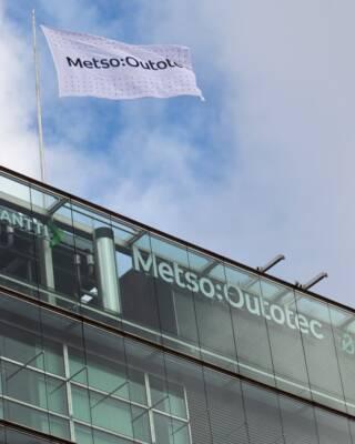 1 июля 2020 года Metso и Outotec объединились, создав нового лидера в горнодобывающей, металлургической и производственной отраслях.   На сегодняшний день Metso Outotec – это 15 000 высококлассных специалистов, работающих более чем в 50 странах. Объем продаж компании за прошедший год составил около 4 миллиардов евро, став одним из самых крупных в отрасли, что позволяет уверенно строить планы на будущие достижения.   Работа Metso Outotec по развитию признана и в мировом бизнес-сообществе. Так, в январе 2021 года Corporate Knights публиковала список 100 самых устойчивых компаний мира «Global 100», в котором M:O заняла 8-е место.   «Подводя итоги прошедшего года, можно отметить, что мы стали свидетелями большого прогресса. Работая в новом формате, компания преуспевает в достижении целей, подтолкнувших ранее к слиянию Metso и Outotec, и делает явные успехи в рамках выбранной стратегии развития. Все это несомненно находит отклик у наших клиентов, сотрудников и партнеров», - отмечает Пекка Ваурамо, президент и генеральный директор Metso Outotec.  Подробнее: https://www.mogroup.com/corporate/media/news/2021/7/metso-outotec-celebrates-first-anniversary-with-notable-achievements-and-by-building-future-sustainable-business/