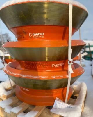 На склад Юг Минералз поступила партия футеровок О-Series для конусных дробилок Metso НР3, НР300 и НР200. Данная линейка продуктов доступна также для щековых дробилок серии C и конусных дробилок типа GP. Компания Юг Минералз, являясь официальным дистрибьютером Metso Outotec, готова предложить своим клиентам широкий выбор износостойких и запасных частей. Менеджеры помогут подобрать подходящие элементы и обеспечат их скорейшую доставку заказчику. У нас всегда есть запас наиболее востребованных в регионе обслуживания запчастей и футеровок, что позволяет максимально сократить сроки простоя Вашего оборудования. Подробная информация: 🔶 yugminerals.ru ☎️ 8 960 487 55 55