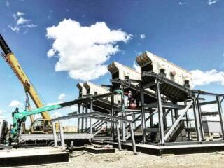 В 2020 году компания Юг Минералз начала сотрудничество с одним из предприятий Южного федерального округа. В рамках масштабной задачи, заключающейся в строительстве нового завода по производству инертных материалов, наши специалисты были привлечены с целью внедрения технологий Metso Outotec.  В итоге клиенту были поставлены конусная дробилка Metso НР200, 5 грохотов NORDBERG серии PREMIER (CVB101, CVB202, CVB302, CVB303), а также 5 лотковых питателей. Обладая богатым опытом работы c оборудованием производства Metso Outotec, наши сервисные инженеры осуществляют его шеф-монтаж и пусконаладку, тем самым гарантируя последующую корректную работу.   Кроме этого, комплект поставки дополнен расходными материалами производства Metso Outotec, а именно: футеровки и просеивающие поверхности из металла, полиуретана и резины.  Полный текст доступен на сайте www.yugminerals.ru   Подробная информация: 🔶 yugminerals.ru ☎️ 8 960 487 55 55