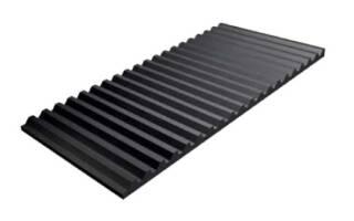 Плиты Trellex SP изготовлены из износостойкой резины марки T60. Они имеют рифлёную поверхность и стальное основание, интегрированное методом горячей вулканизации. Металл гарантирует надёжное крепление изнашиваемых плит, даже под воздействием абразивных и острых элементов. Рифлёная поверхность обеспечивает оптимальный срок службы при падении материала под углом от 15 до 50°.   Система Trellex SP уменьшает уровень шума и превосходно защищает бункеры, желоба, силосы и другое подверженное износу оборудование строительной и горной отраслей. Основные сферы применения: обработка гравия и породы среднего размера.  Подробная информация: 🔶 yugminerals.ru ☎️ 8 960 487 55 55