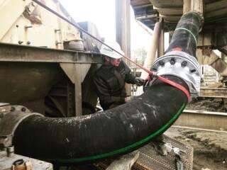 Увеличение наработки трубопровода в 10-12 раз? Знаем, умеем, практикуем. 💪🏻 Владельцы дробильно-сортировочного завода в одном из Южных регионов столкнулись с проблемой частого выхода из строя металлического трубопровода на участке подачи материала из грохота в песколовку. Очевидно, что это приводило к остановкам производства для осуществления ремонтно-восстановительных работ. Инженеры Юг Минералз подготовили комплексное решение: установка на проблемный участок трубопровода и колена Trellex 90° производства Metso. Ожидаемый срок наработки износостойкого резинового трубопровода на данном предприятии составляет 24 месяца, что в 10-12 раз превосходит показатели наработки демонтированного металлического. Подробная информация: 🔶 yugminerals.ru ☎ 8 960 487 55 55