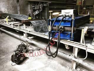 Принцип горячей вулканизации конвейерных лент максимально приближает процесс соединения краев к процессу изготовления новой ленты, что заметно повышает качество результата.  Преимущества:  ✅получение ровного и однородного соединения; ✅сведение к минимуму механических нагрузок на ролики и основы конвейера; ✅минимальный риск повторного разрыва; ✅возможность выполнять работы и использовать ленту без температурных ограничений.  Для соединения частей ленты посредством горячей вулканизации необходимо специальное оборудование, которым в полной мере обладает компания Юг Минералз, а наши сервисные инженеры, благодаря богатому опыту, выполнят его качественно и в кротчайшие сроки – от 3 часов.  Подробная информация: 🔶 yugminerals.ru ☎️ 8 960 487 55 55